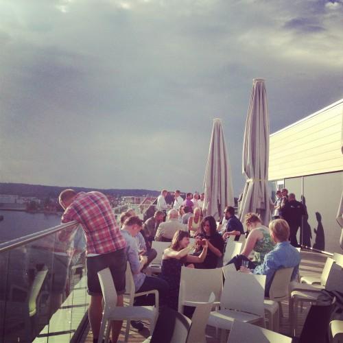 Foto fra DOK:15s egen festivalterrasse på Litteraturhuset i Fredrikstad.